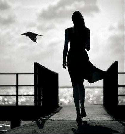 mulher andando pro mar