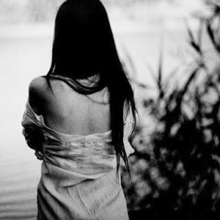 mulher de costas triste